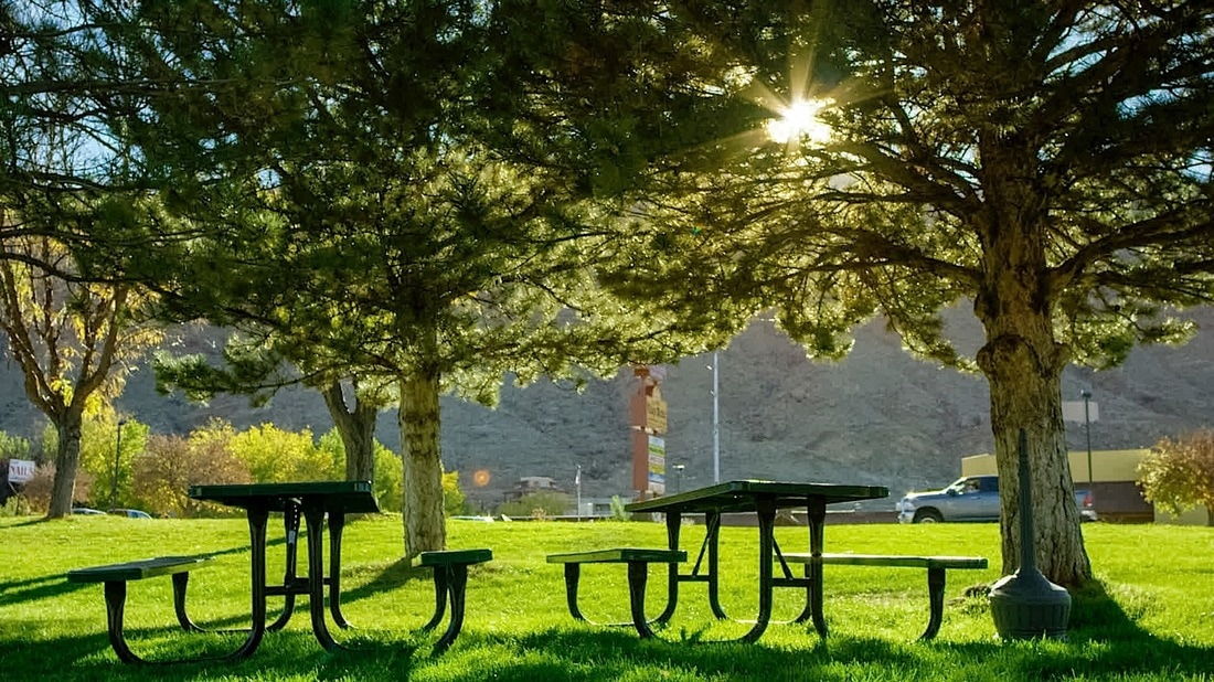 Outdoor Picnic Area at Moab Valley Inn